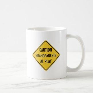 Abuelos en el juego divertido taza de café