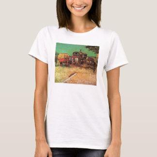 Acampamento de las caravanas de los gitanos de camiseta