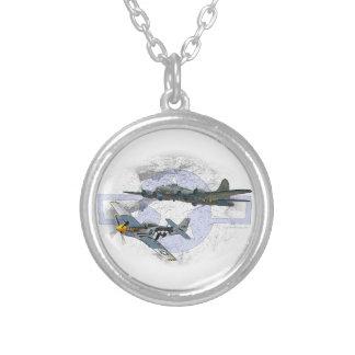 Acompañamiento del vuelo del mustango P-51 Collar Plateado