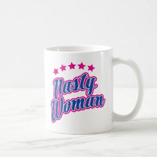 Actitud desagradable de la mujer taza de café