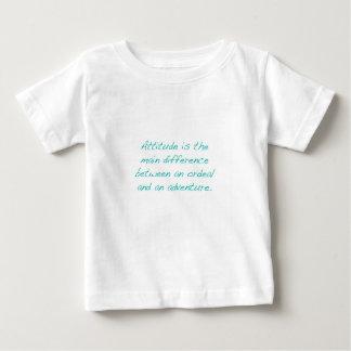 Actitud -- prueba dura o aventura (verde) camiseta de bebé