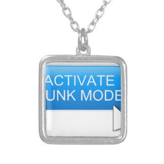 Active el modo del trozo collar plateado