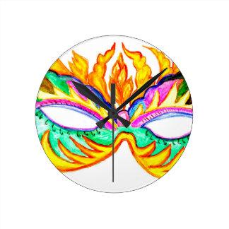 Acuarela de la máscara del carnaval reloj redondo mediano