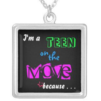 Adolescente en el movimiento colgante cuadrado