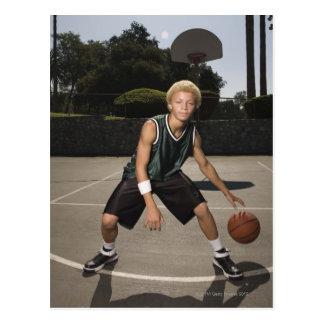 Adolescente en la cancha de básquet postal