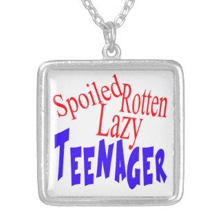 Adolescente perezoso putrefacto estropeado collar plateado