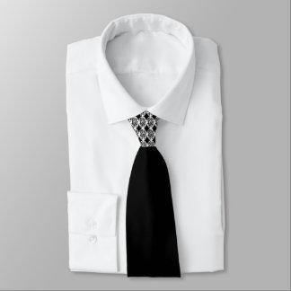 Adorno blanco negro en el nudo de la corbata por