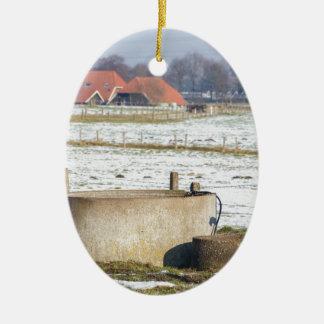 Adorno De Cerámica Bomba de agua y bien en paisaje de la nieve del