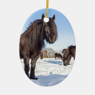 Adorno De Cerámica Caballos negros del frisian en nieve del invierno