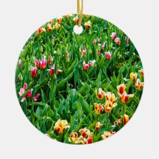 Adorno De Cerámica Campo con los tulipanes rosados y amarillos