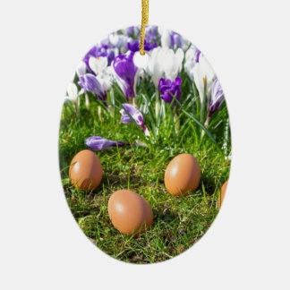 Adorno De Cerámica Cinco huevos flojos que mienten cerca de azafranes