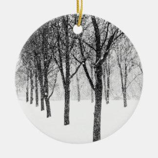 Adorno De Cerámica como echo a un lado con los árboles
