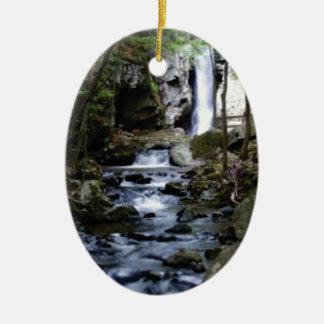 Adorno De Cerámica corriente silenciosa en bosque