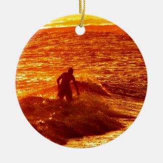 Adorno De Cerámica de un surfero durante la puesta de sol