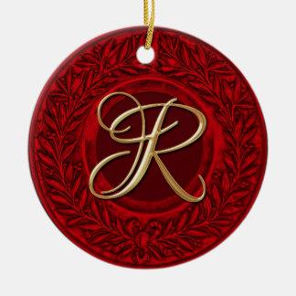 Adorno De Cerámica de una corona de laurel roja con inicial dorada
