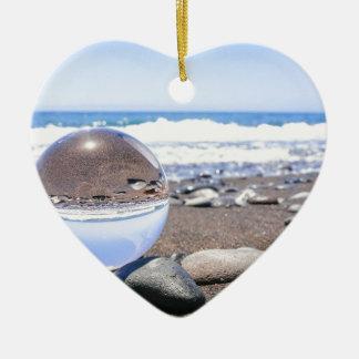 Adorno De Cerámica Esfera de cristal en piedras en la playa y la