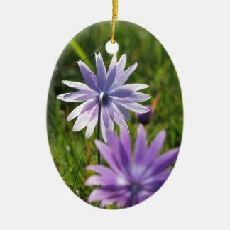 Adorno De Cerámica Flores púrpuras de la margarita en fondo verde