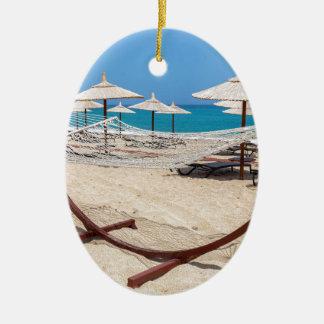 Adorno De Cerámica Hamaca con los parasoles de playa en la costa