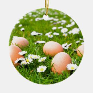 Adorno De Cerámica Huevos del pollo en hierba con las margaritas