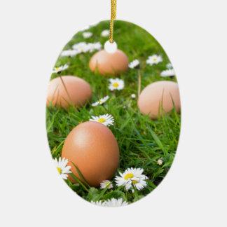 Adorno De Cerámica Huevos del pollo en hierba de la primavera con las