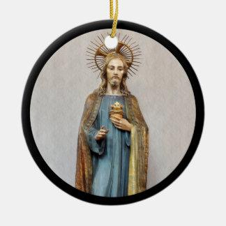 Adorno De Cerámica Jesús que lleva a cabo el corazón sagrado