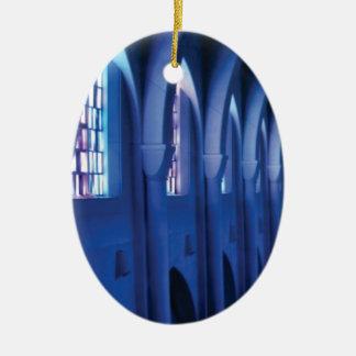 Adorno De Cerámica la luz entra en la iglesia oscura