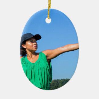 Adorno De Cerámica Mujer con del guante y del casquillo béisbol que
