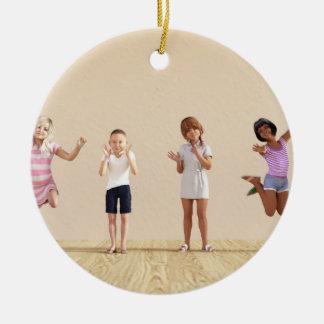 Adorno De Cerámica Niños felices en un centro del cuidado de día o de