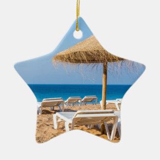 Adorno De Cerámica Parasol de mimbre con la playa beds.JPG