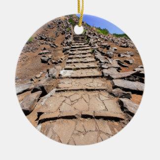 Adorno De Cerámica Pista de senderismo que lleva a la montaña en