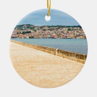 Adorno De Cerámica Puerto griego Argostoli de la ciudad con el camino