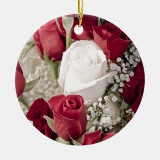 Adorno De Cerámica ramo de rosas rojos con un rosa blanco en el