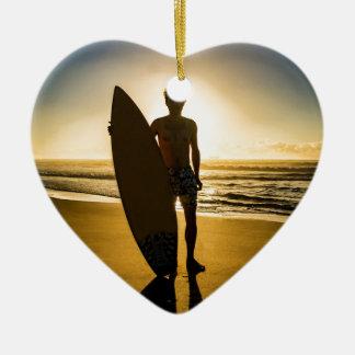 Adorno De Cerámica Silueta de la persona que practica surf durante