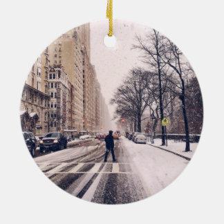 Adorno De Cerámica Un hombre que cruza un Central Park Nevado al