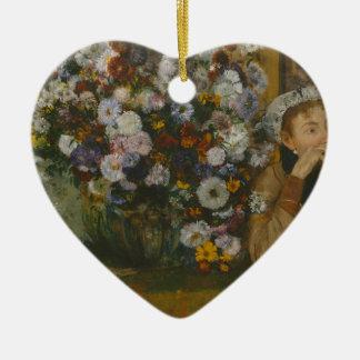 Adorno De Cerámica Una mujer asentada al lado de un florero de flores