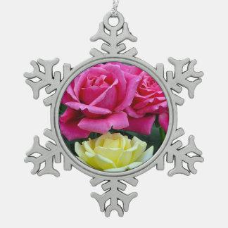 Adorno De Peltre Tipo Copo De Nieve Impresión floral de los rosas rosados y amarillos