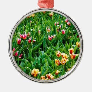 Adorno Metálico Campo con los tulipanes rosados y amarillos