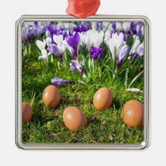 Adorno Metálico Cinco huevos flojos que mienten cerca de azafranes