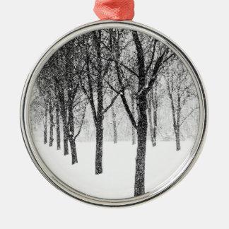 Adorno Metálico como echo a un lado con los árboles