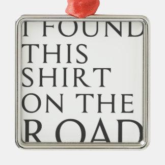 Adorno Metálico Encontré esta camisa en el camino