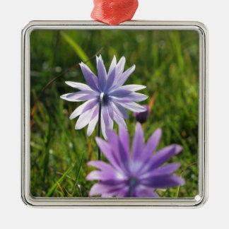 Adorno Metálico Flores púrpuras de la margarita en fondo verde