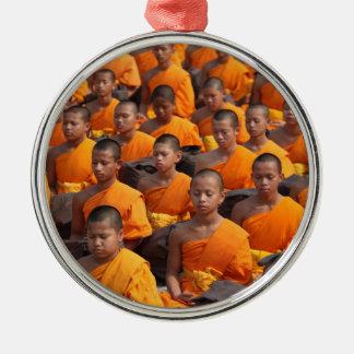 Adorno Metálico Grupo grande de monjes Meditating