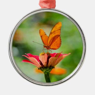 Adorno Metálico Mariposa brillante en la margarita anaranjada