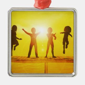 Adorno Metálico Niños que juegan en el verano en un embarcadero
