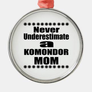 Adorno Metálico Nunca subestime a la mamá de KOMONDOR