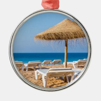 Adorno Metálico Parasol de mimbre con la playa beds.JPG