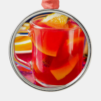 Adorno Metálico Taza transparente con el vino reflexionado sobre