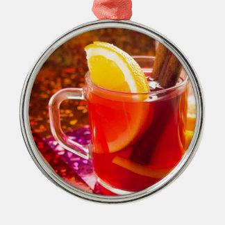 Adorno Metálico Taza transparente de té con la fruta cítrica y el