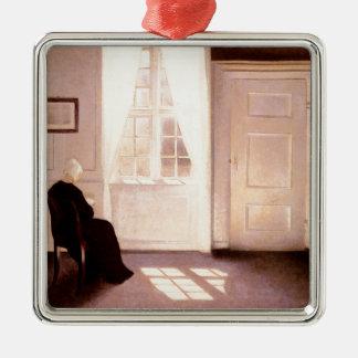 Adorno Metálico Una lectura de la mujer por una ventana