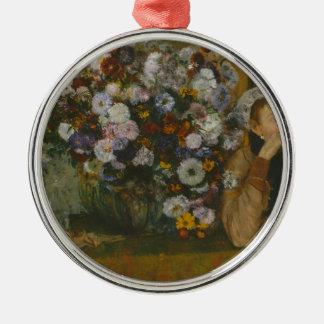 Adorno Metálico Una mujer asentada al lado de un florero de flores